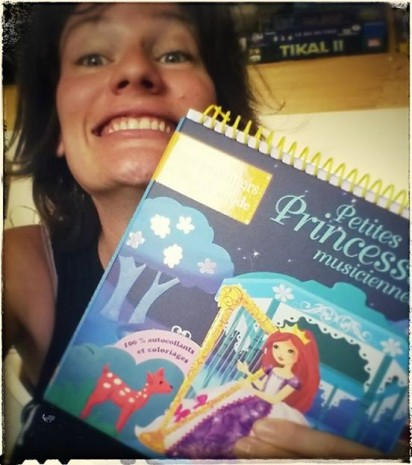 une illustratrice contente avec ses princesses
