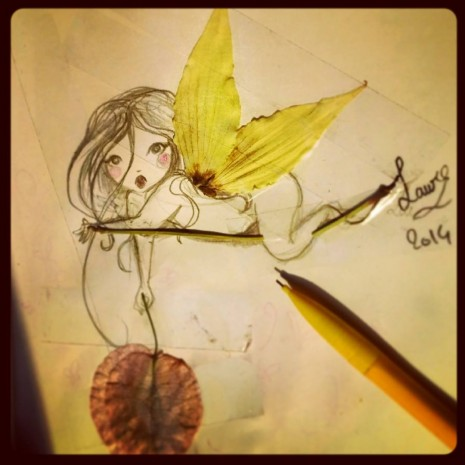 petite fée allongée sur une branche