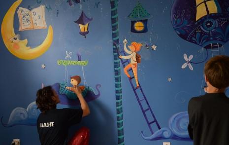 Laure Phelipon pendant la réalisation de la fresque