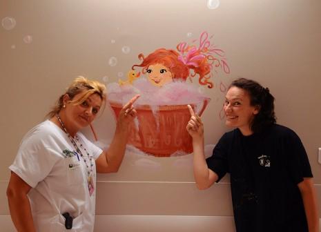 Sandrine et Laure Phelipon devant la fresque réalisée à l'hôpital de Villeneuf St Georges