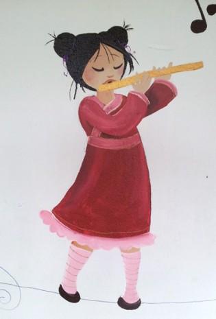 petite chinoise qui joue de la flute traversière