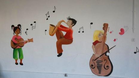 fresque enfants qui jouent de la tropette de la contrebasse et de la guitare