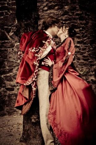 photos des marquis et marquise en train de s'embrasser